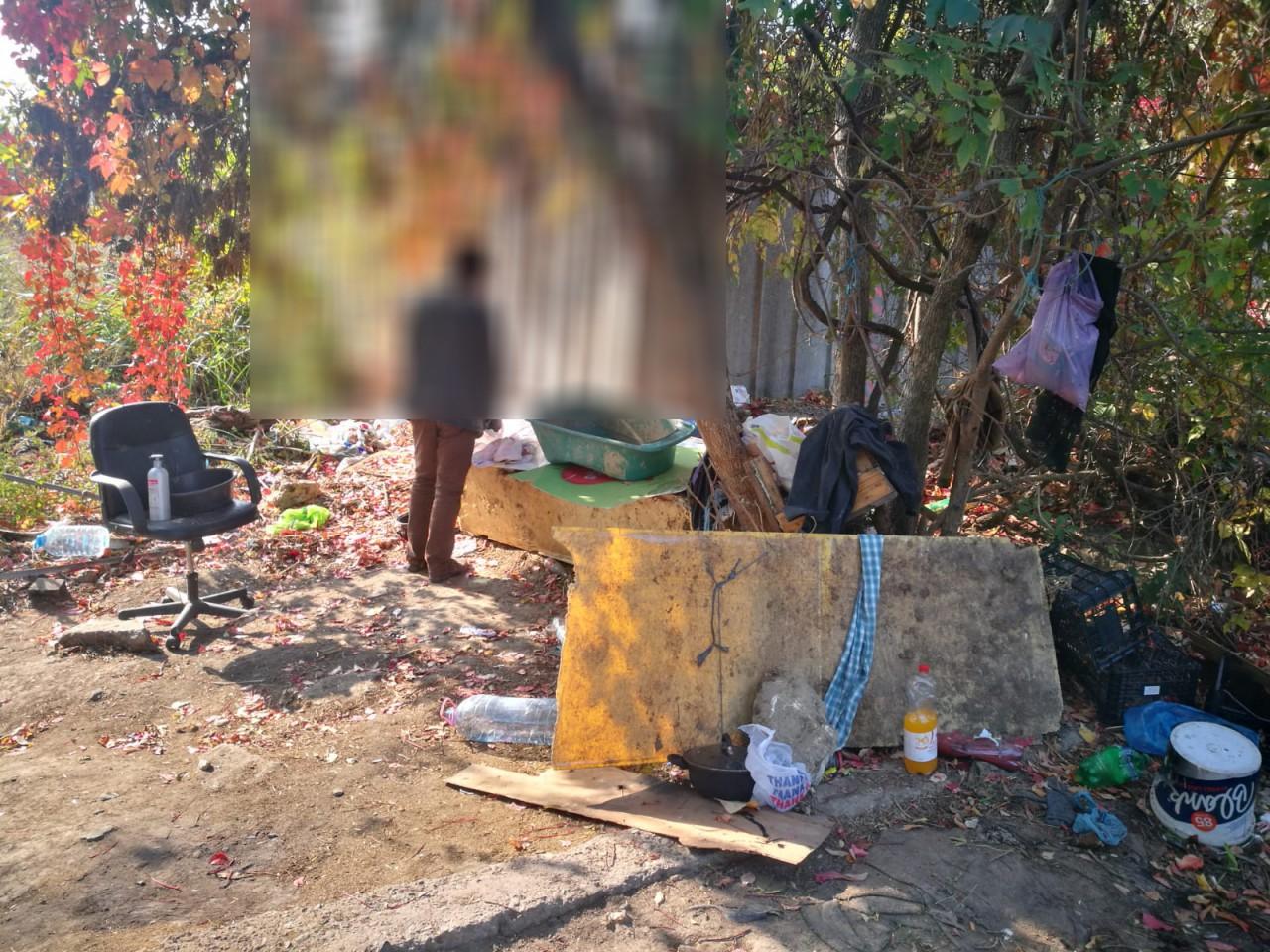 FOTO. Adăpost improvizat, DĂRÂMAT de oamenii legii: 'oaspeţii', trimişi în satul lor!