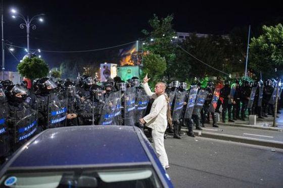 MAI vrea să-i ofere gradul de general lui Cătălin Paraschiv, fantoma în alb de la protestele din 10