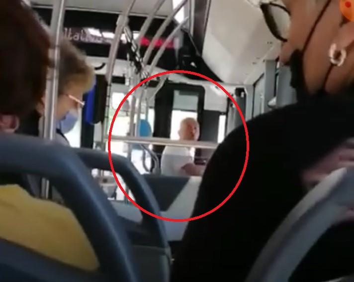 NEBUN de LEGAT! A făcut SCANDAL în AUTOBUZ şi a băgat SPAIMA în călători. Video